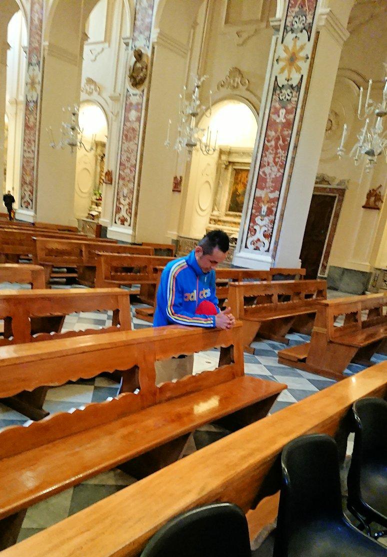 アマルフィの街の大聖堂の中で懺悔中2