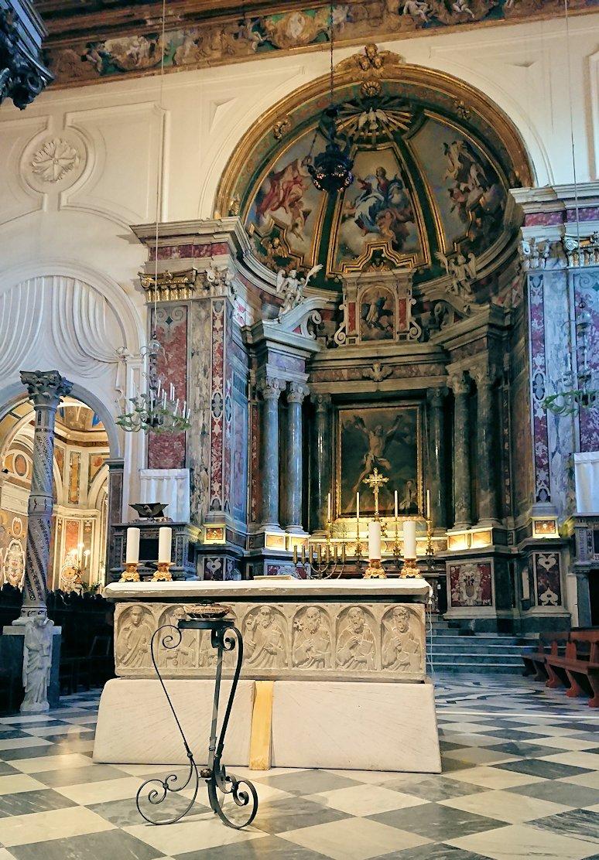アマルフィの街の大聖堂の中の祭壇