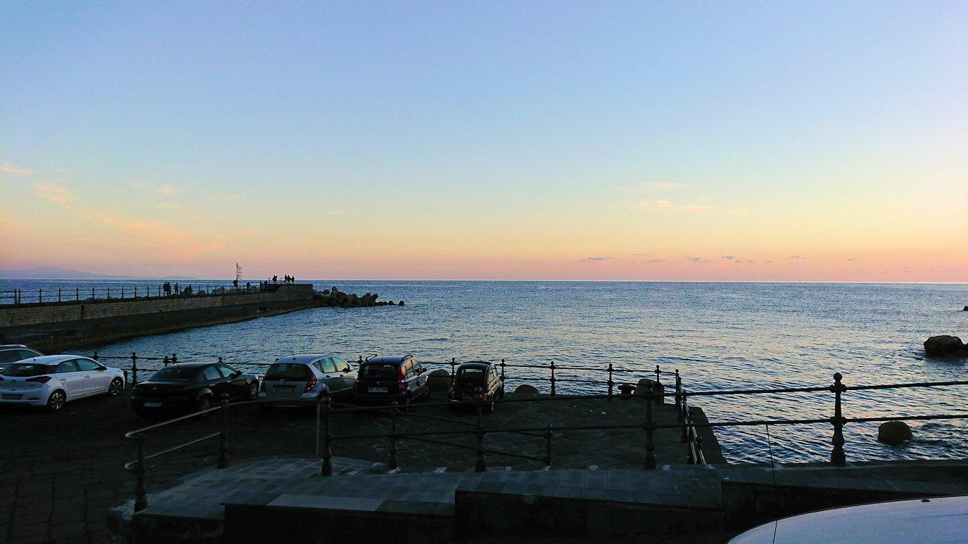 アマルフィ海岸の夕暮れの景色
