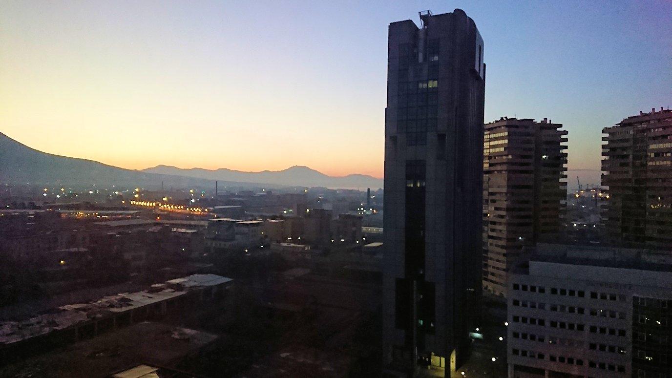 ナポリの街の夜明けをホテルから眺める