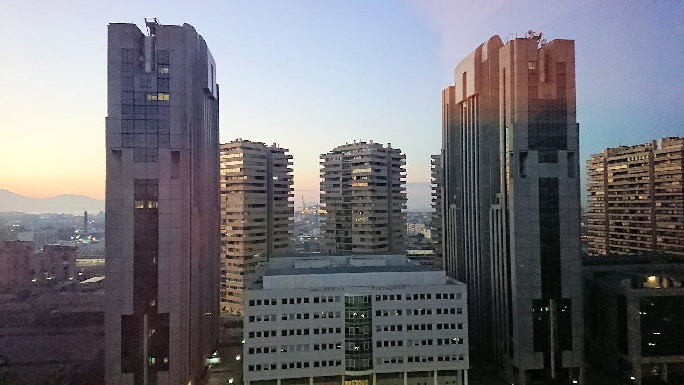 ナポリの街の夜明けをホテルから眺める2
