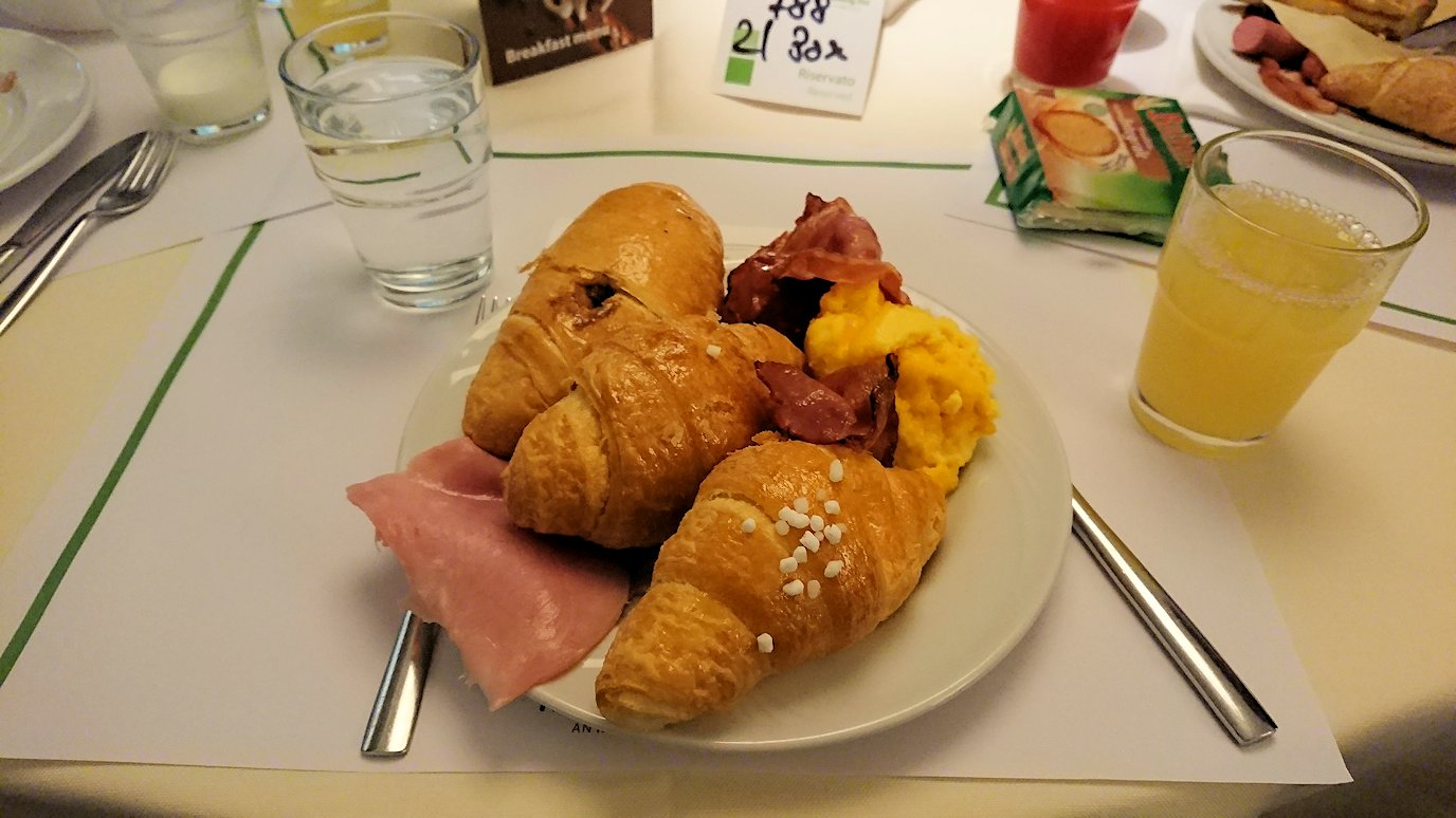 ナポリの街のホテルで朝食を食べる