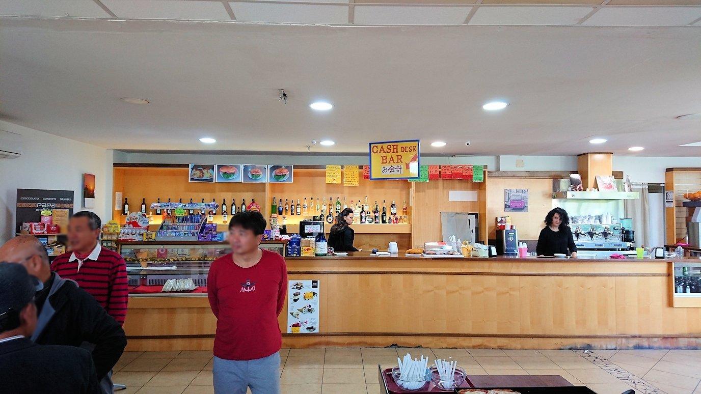 ナポリから空港のあるローマへ移動する途中の休憩所の店内の様子2