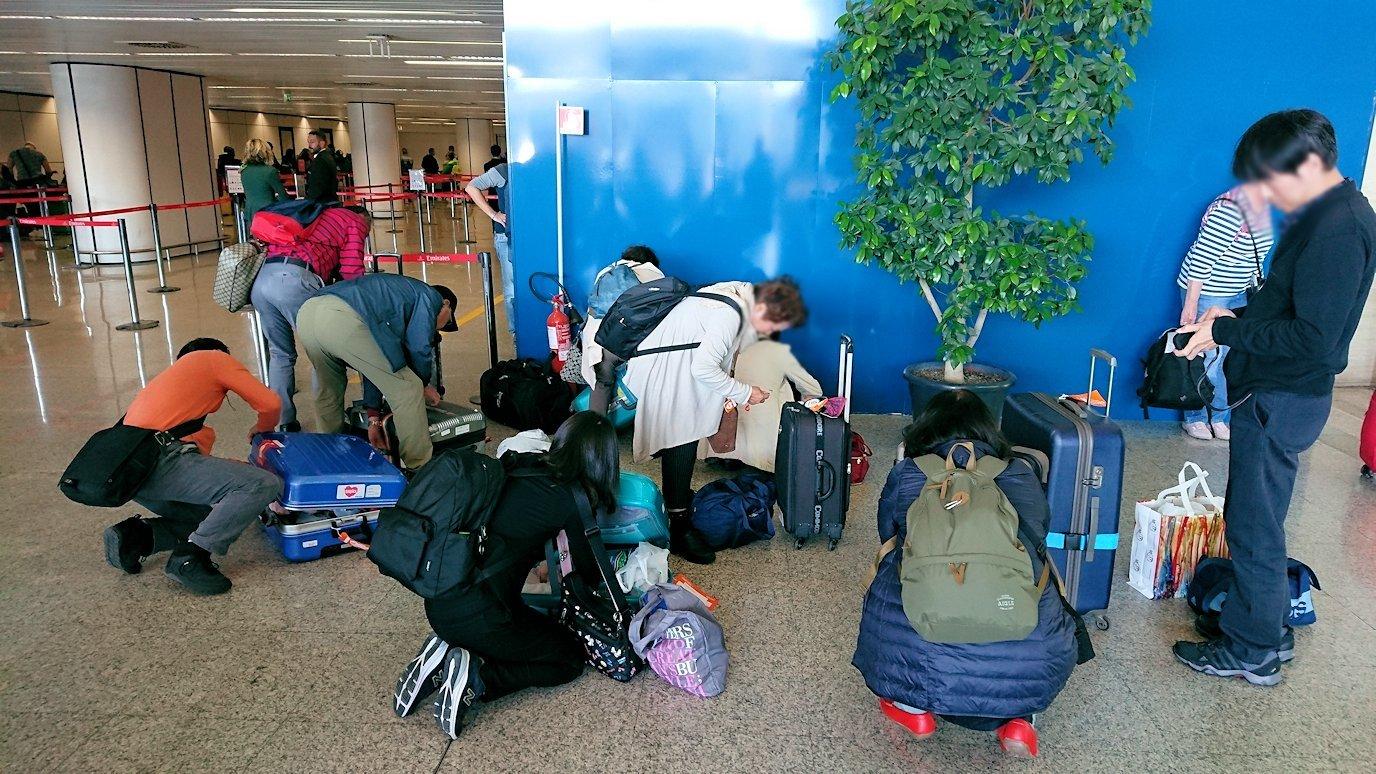 ローマの空港で荷物の整理