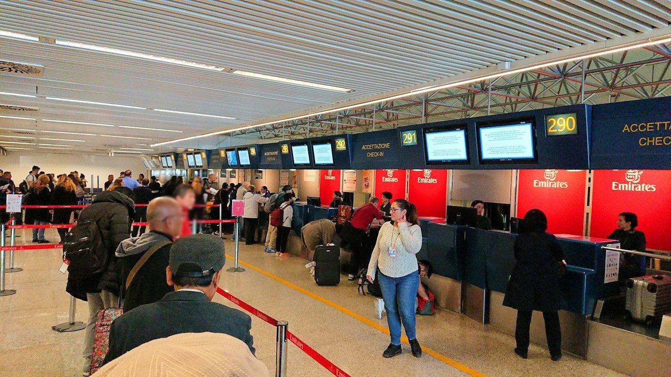 ローマの空港でチェックイン