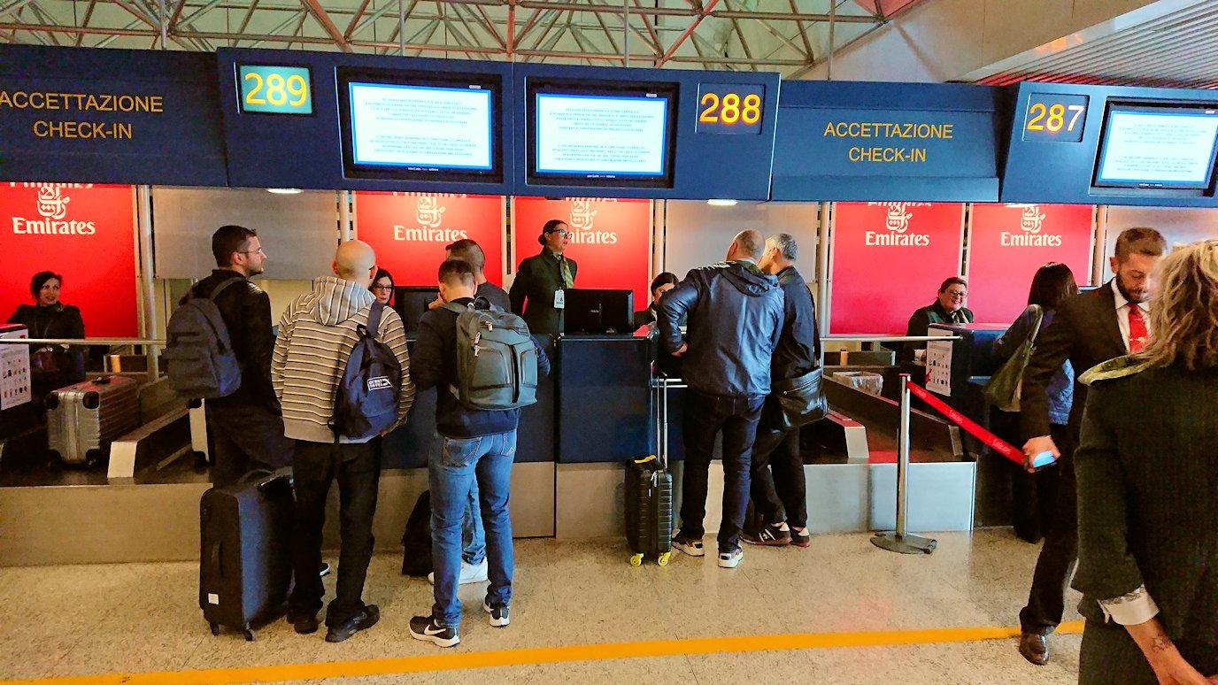 ローマの空港でチェックイン2