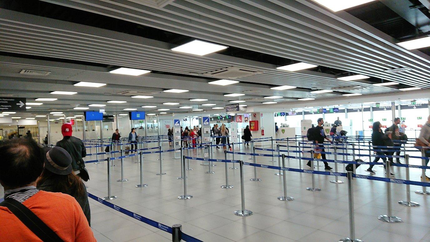 ローマの空港で出国手続き2