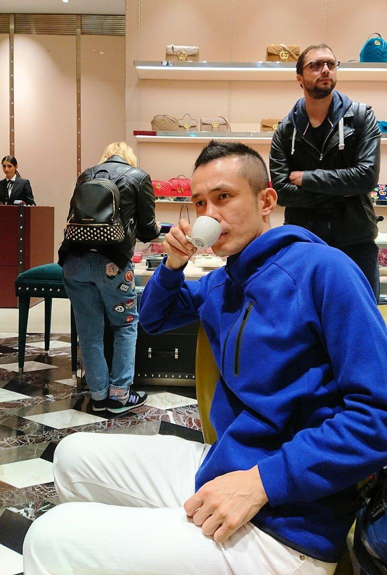 ローマの空港の国際線ターミナルのグッチでコーヒーを飲む3