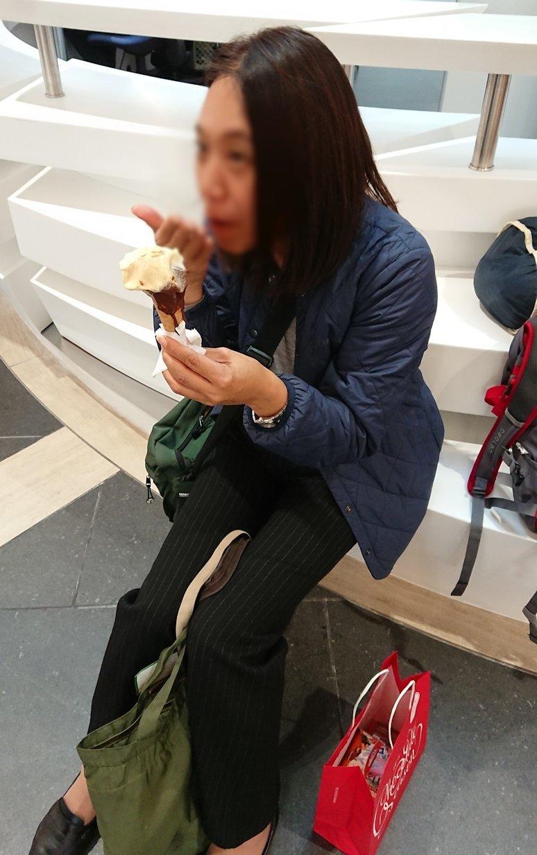 ローマ空港内の案内所前でチョコレートを食べて油断する添乗員さん2