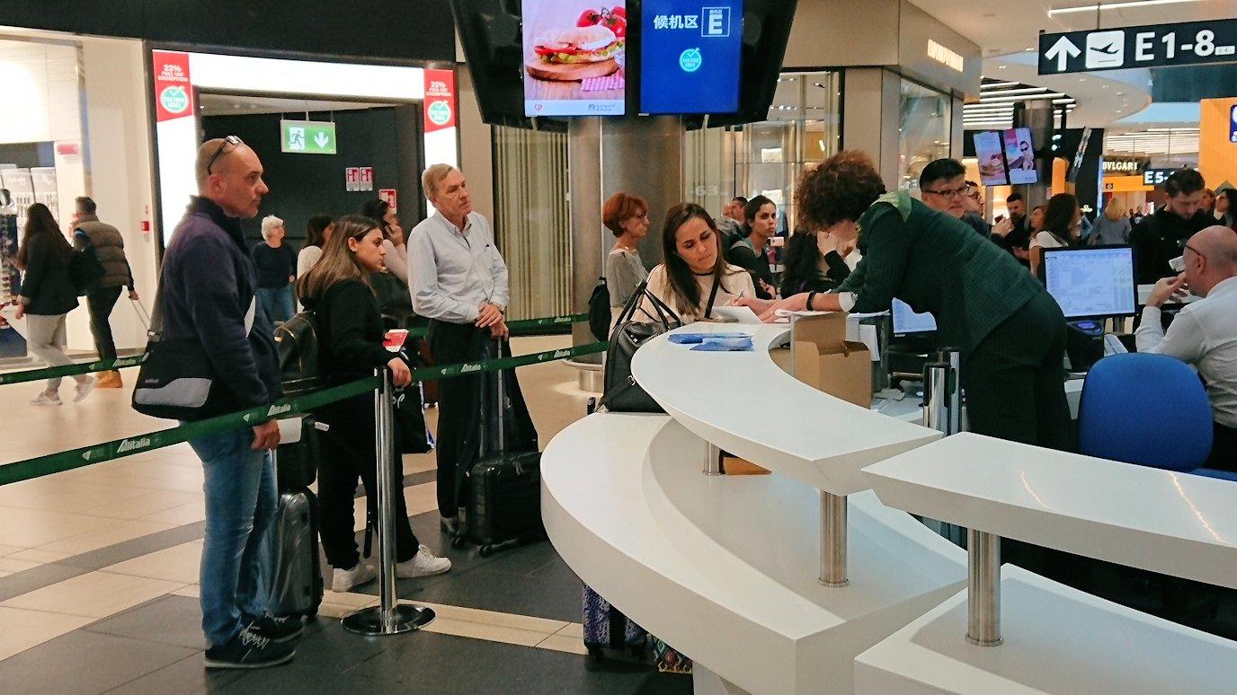ローマ空港内の案内所2