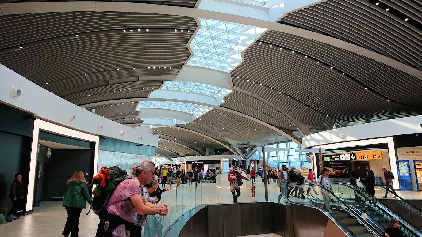ローマ空港内で2階の景色