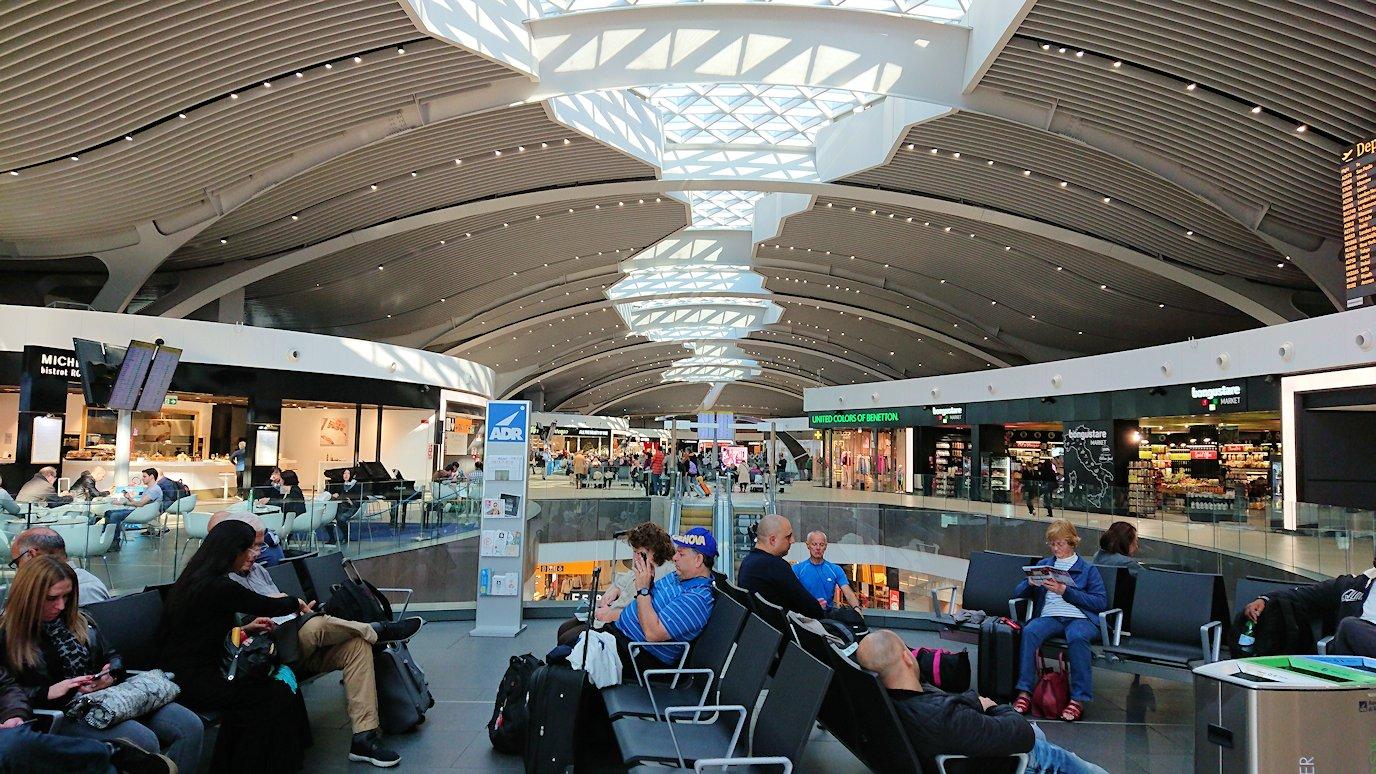 ローマ空港内で2階の景色7