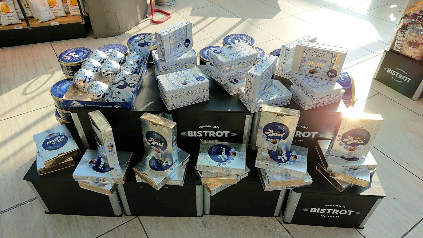 ローマ空港内でバッチチョコの売り場を発見