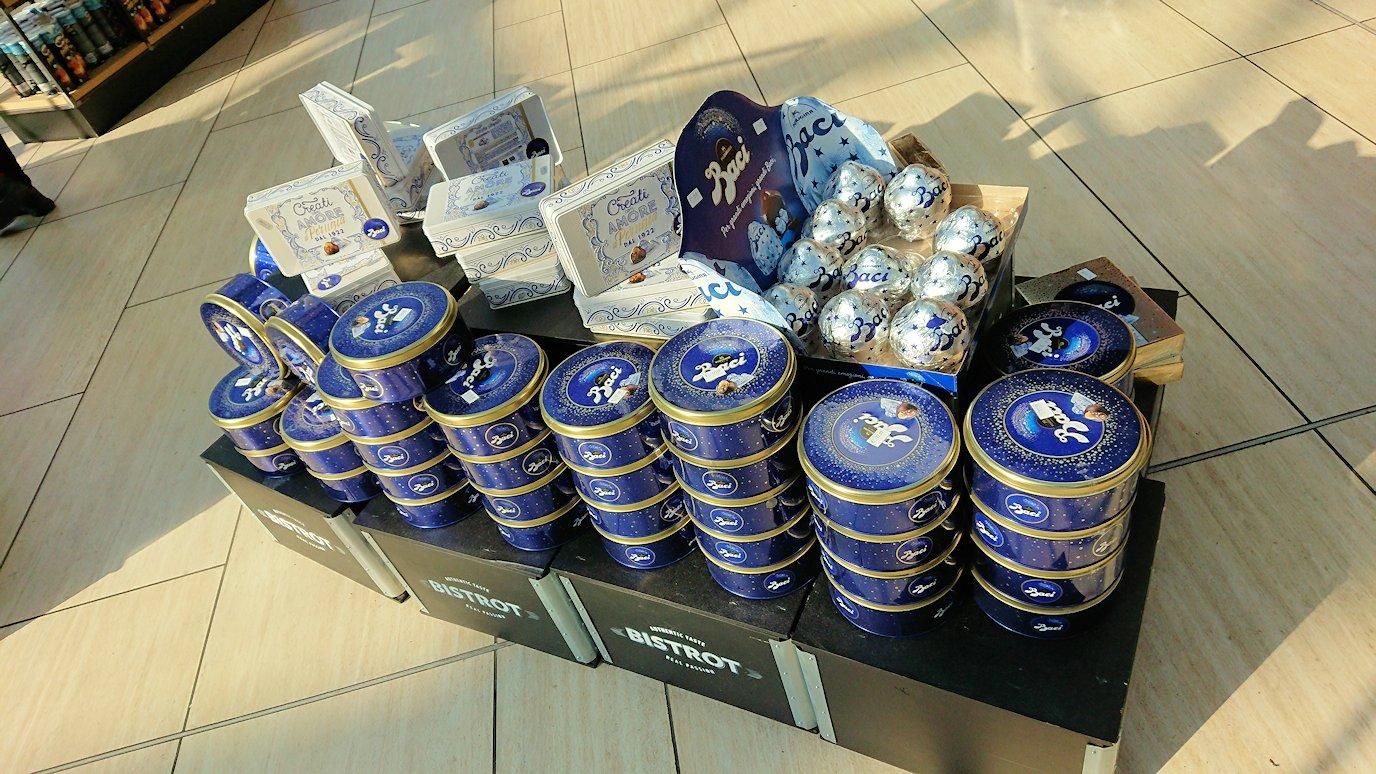 ローマ空港内でバッチチョコの売り場を発見2