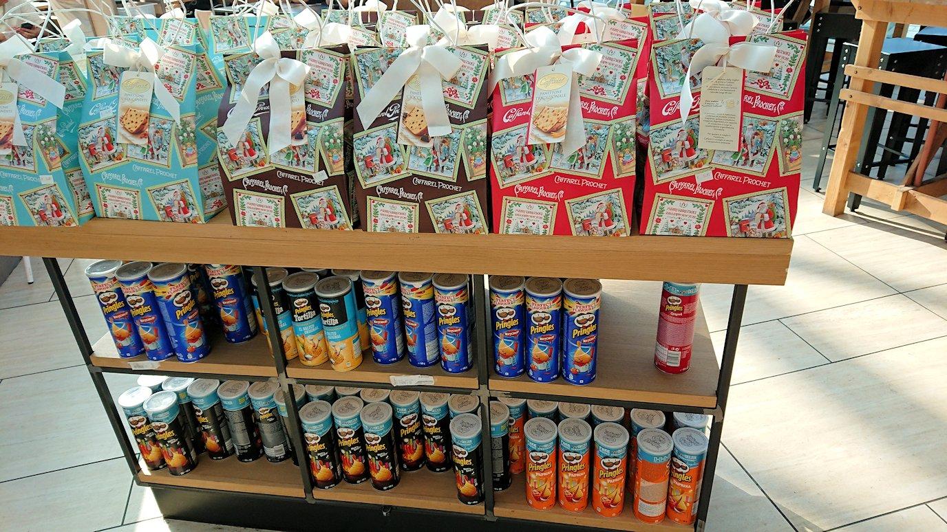 ローマ空港内でバッチチョコの売り場を発見3