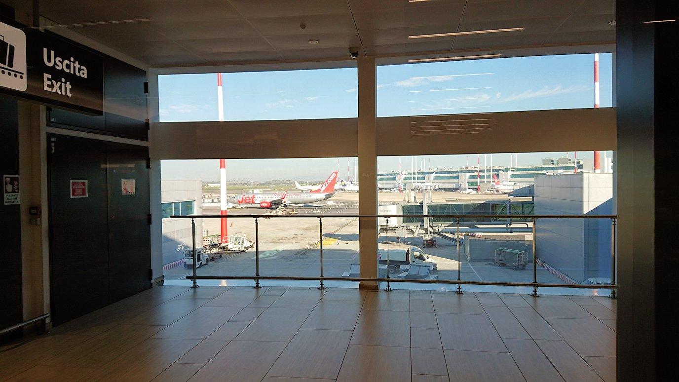 ローマ空港で搭乗ゲートに向かう