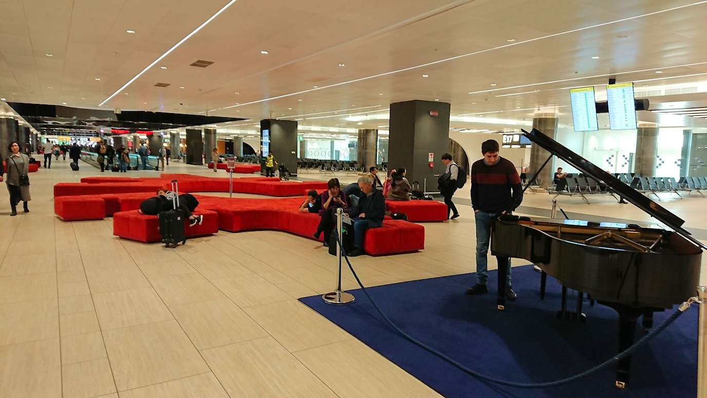 ローマ空港で搭乗ゲートに向かう2