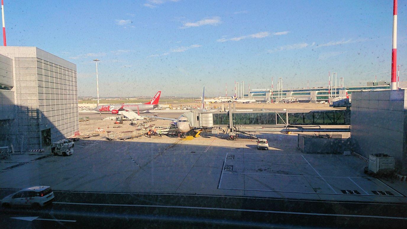ローマ空港で搭乗ゲートに向かう3