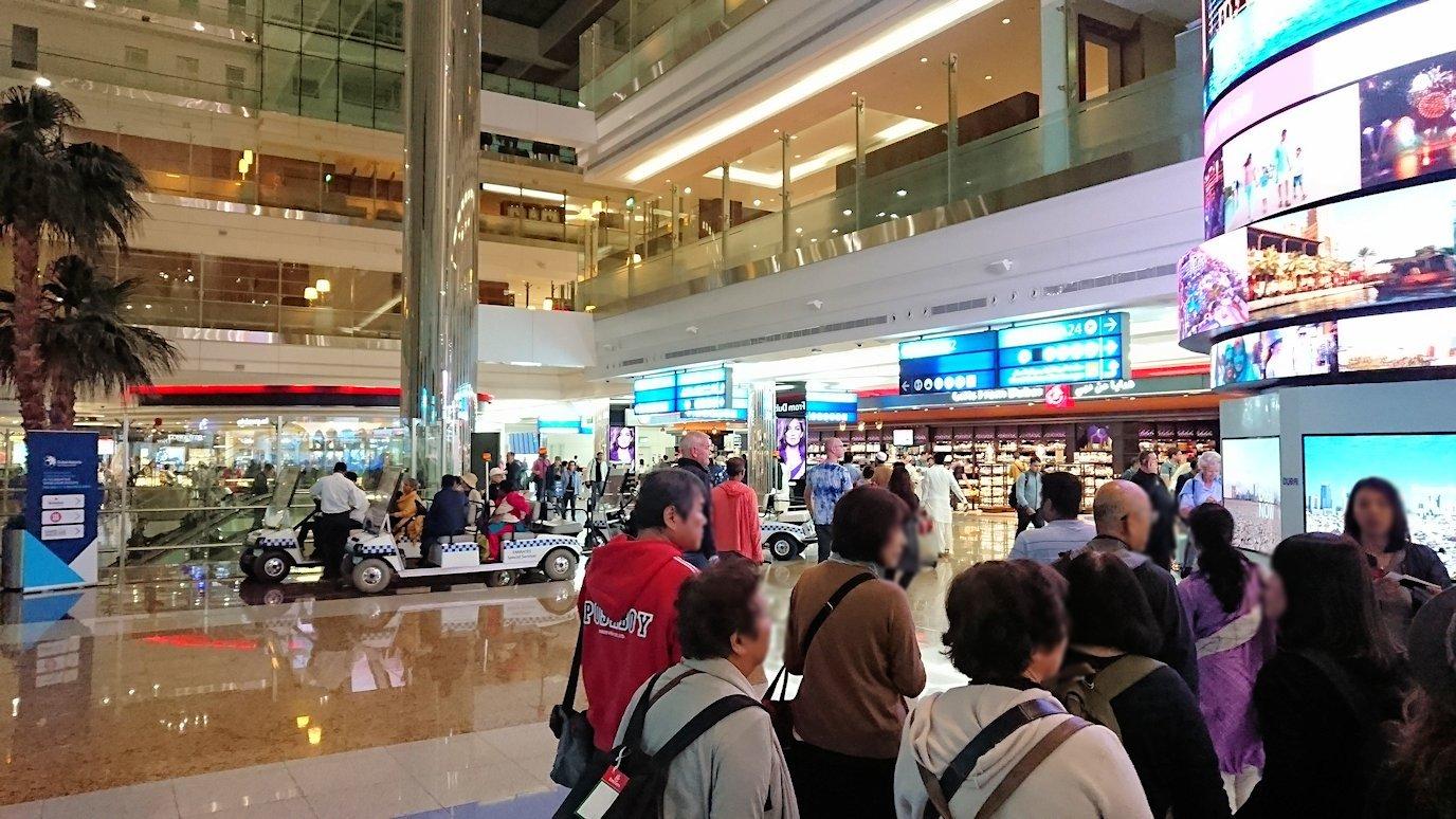 ドバイ空港内を乗継で移動中の様子3