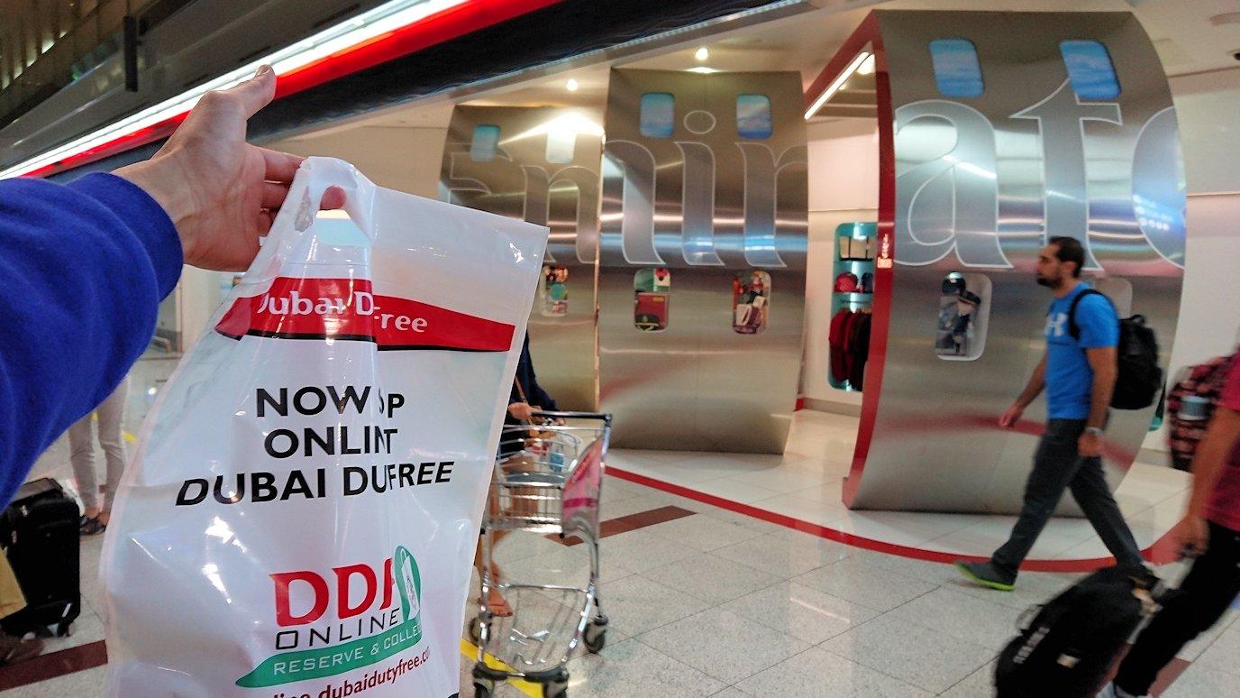 ドバイ空港内を乗継で待機中に買い物を3