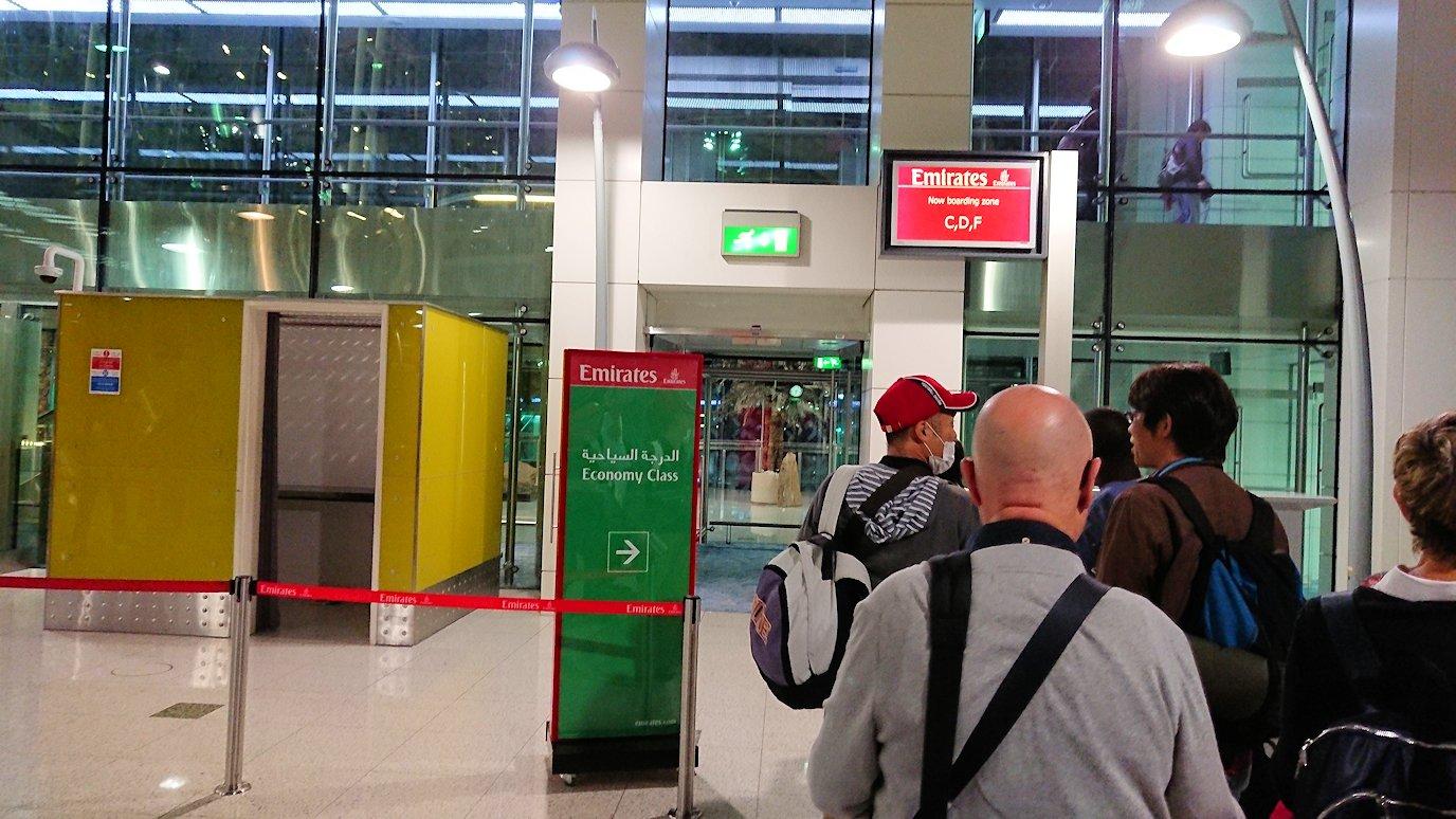 ドバイ空港内を乗継で待機中