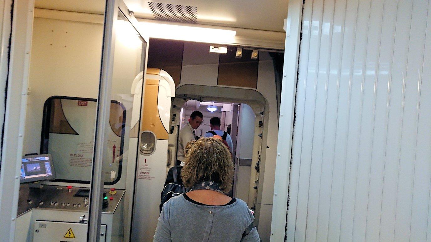ドバイ空港で飛行機に乗り込みます2
