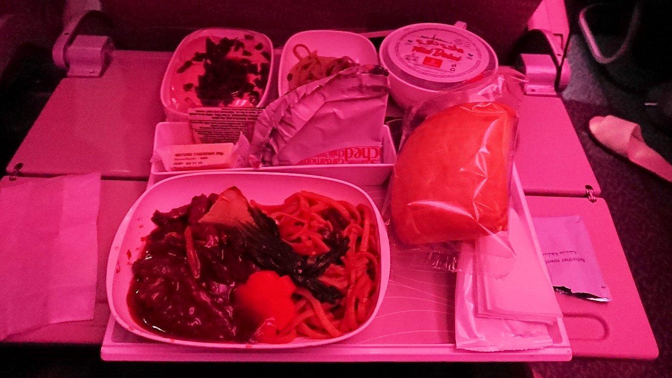 日本に帰るエミレーツ航空のA380機内の機内食2