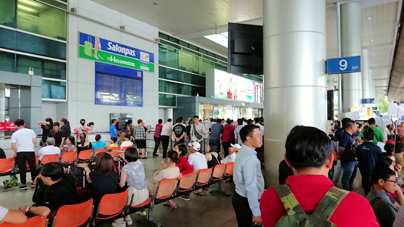 ベトナムのホーチミン空港を出て近くで待機2