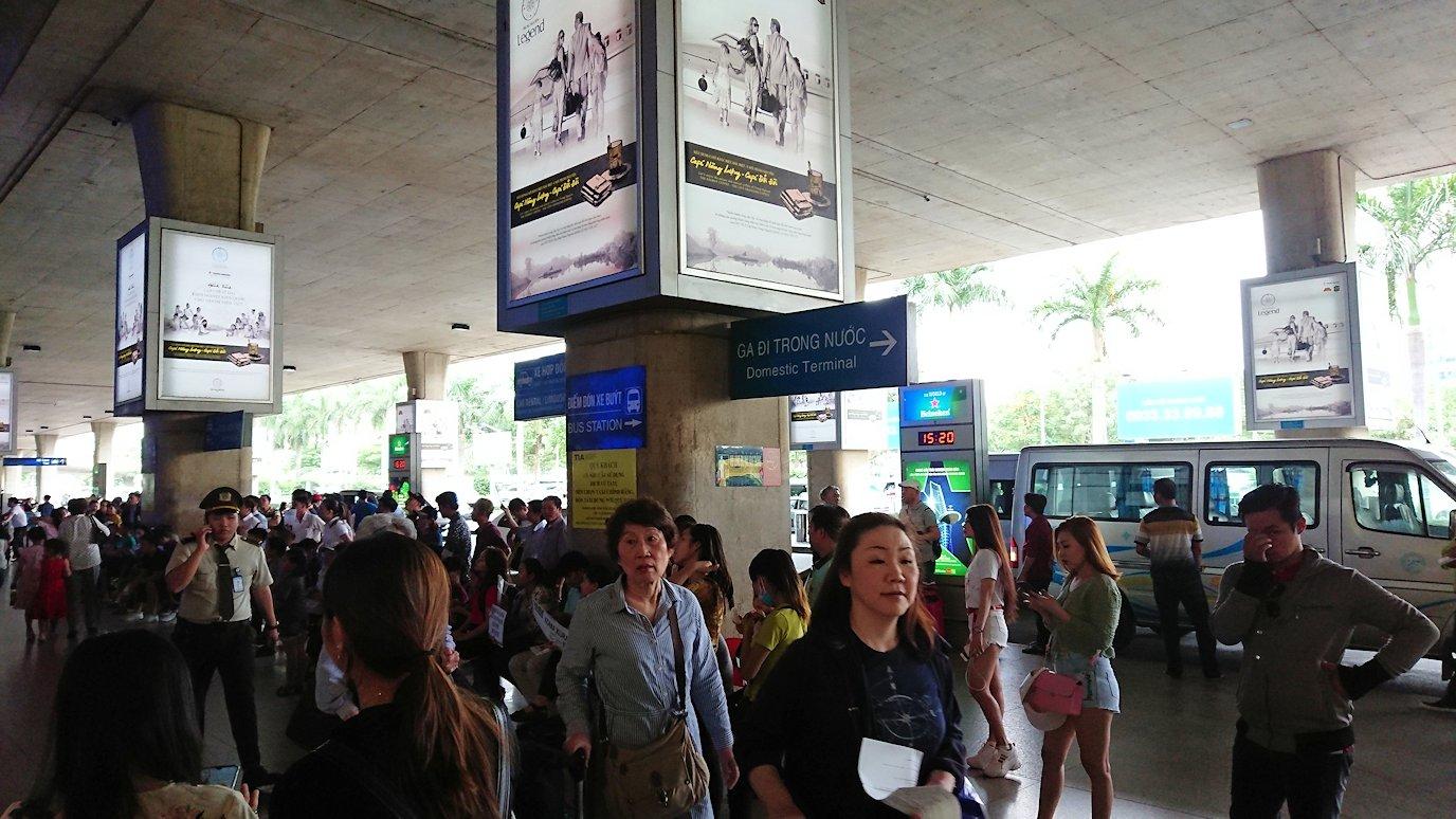 ベトナムのホーチミン空港を出て近くで待機3