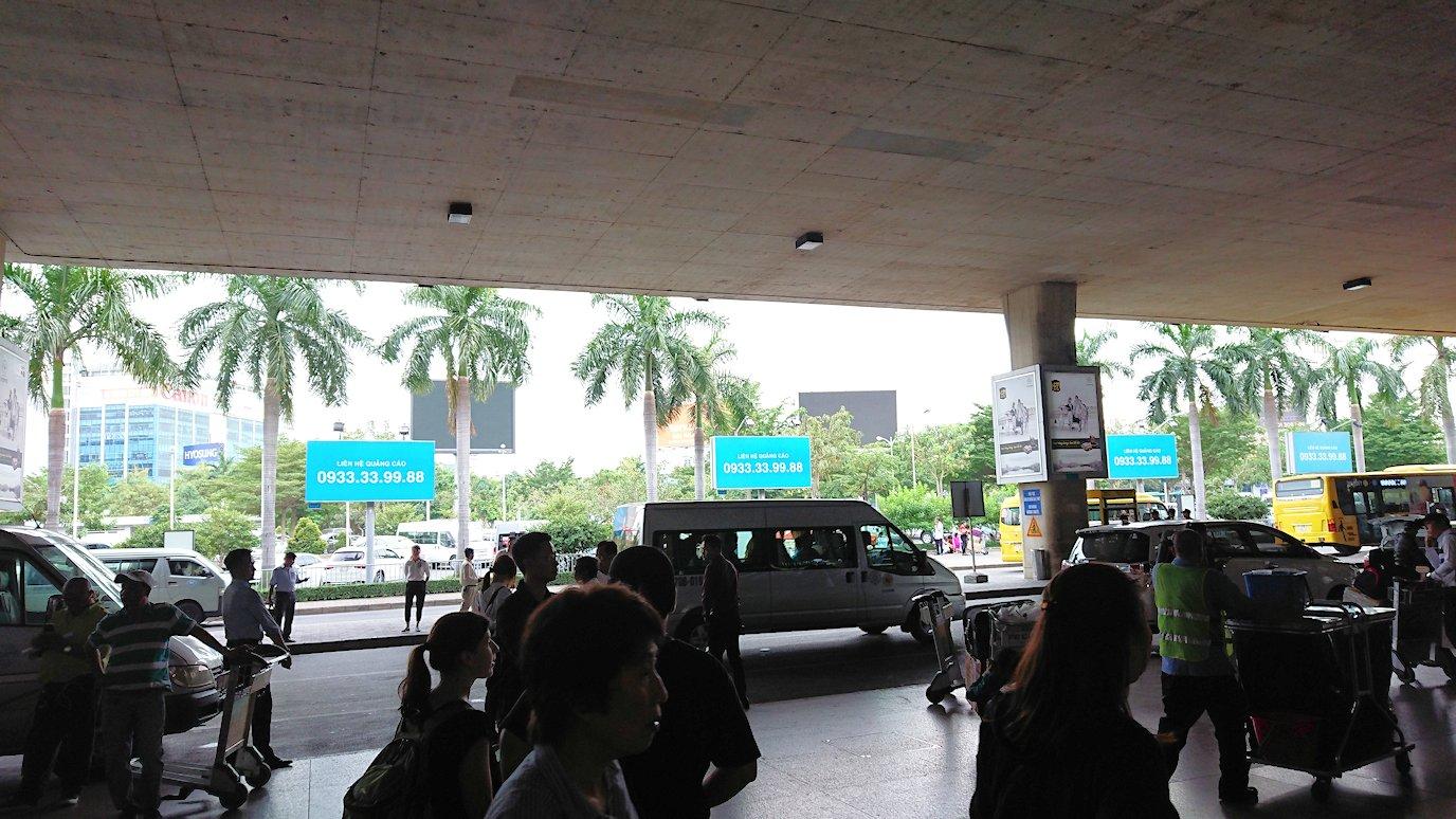 ベトナムのホーチミン空港を出て近くで待機4
