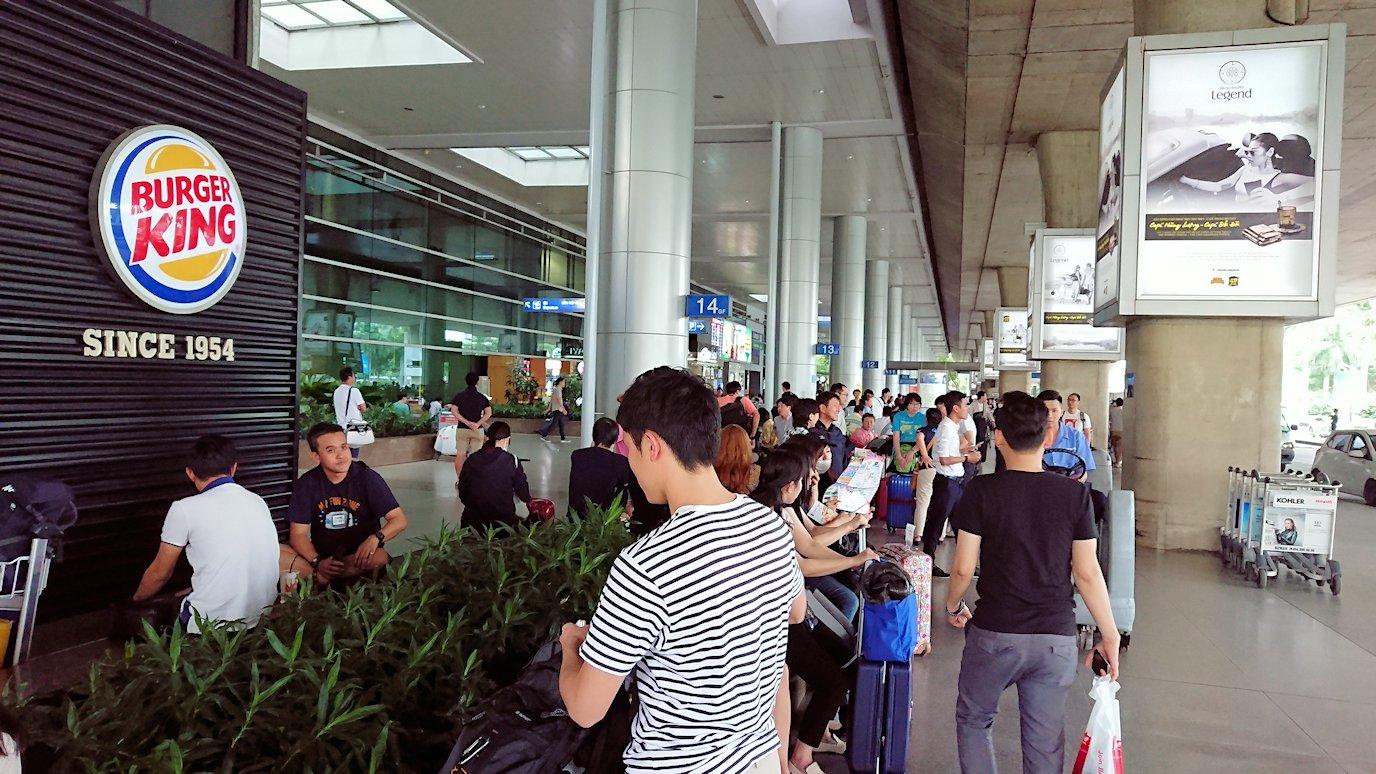ベトナムのホーチミン空港を出て近くで待機5