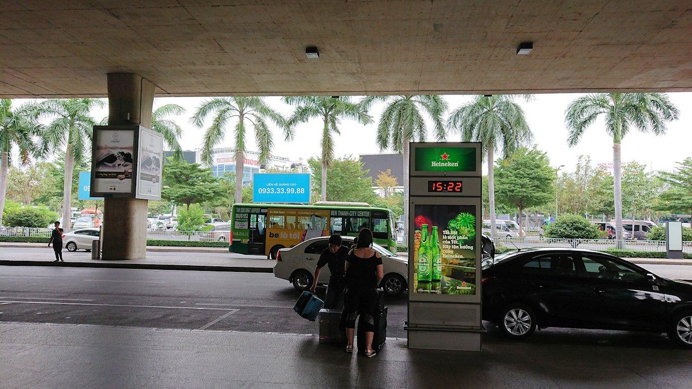 ベトナムのホーチミン空港を出て近くで待機6
