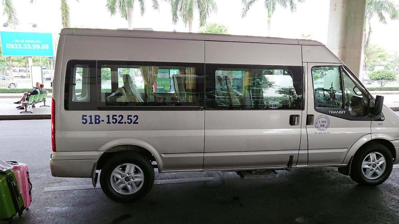 ベトナムのホーチミン空港を出て近くで移動のバスに乗る