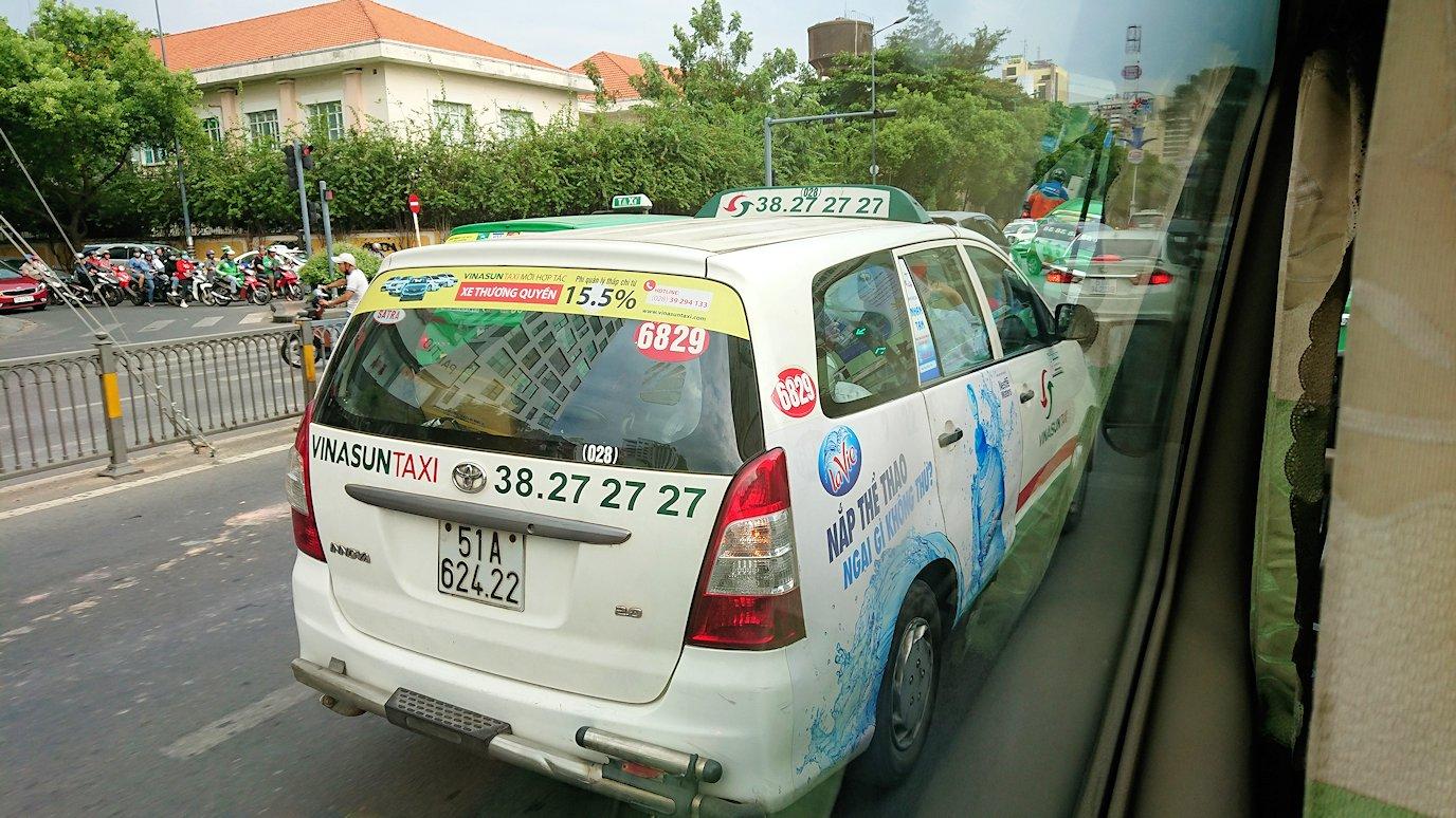 HISホーチミン支店に向かう途中の車から見たタクシー2