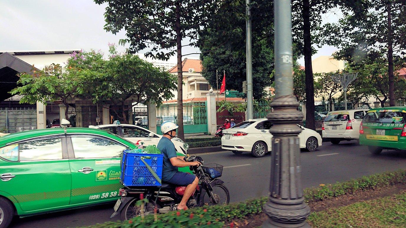 HISホーチミン支店に向かう途中の車から見たタクシー3