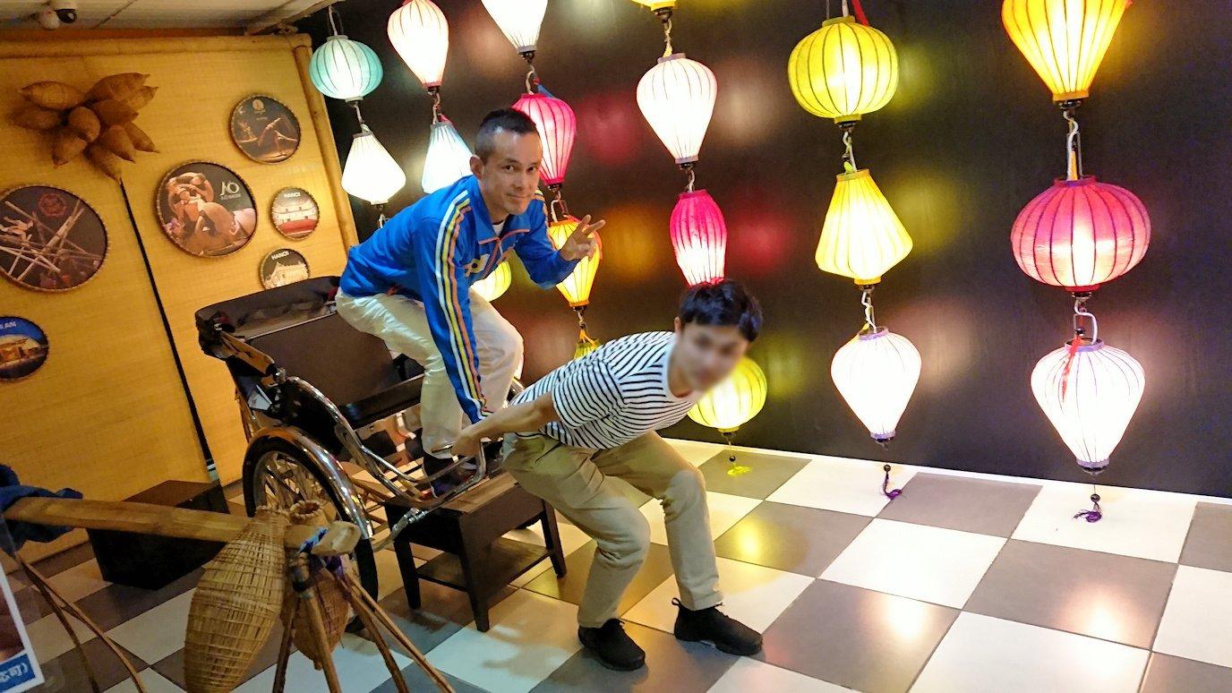 HISホーチミン支店で男2人で記念撮影2