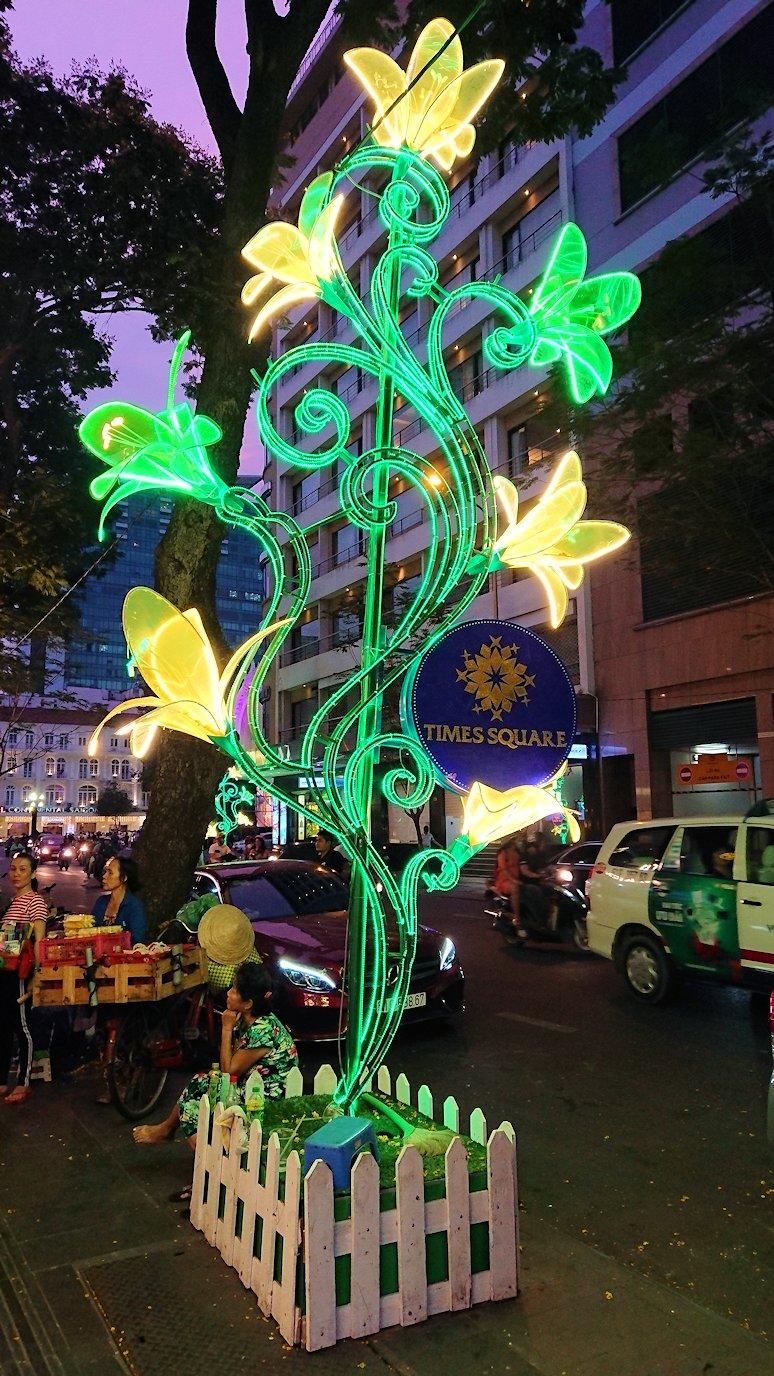 ドンコイ通りの飾り タイムズスクウェア