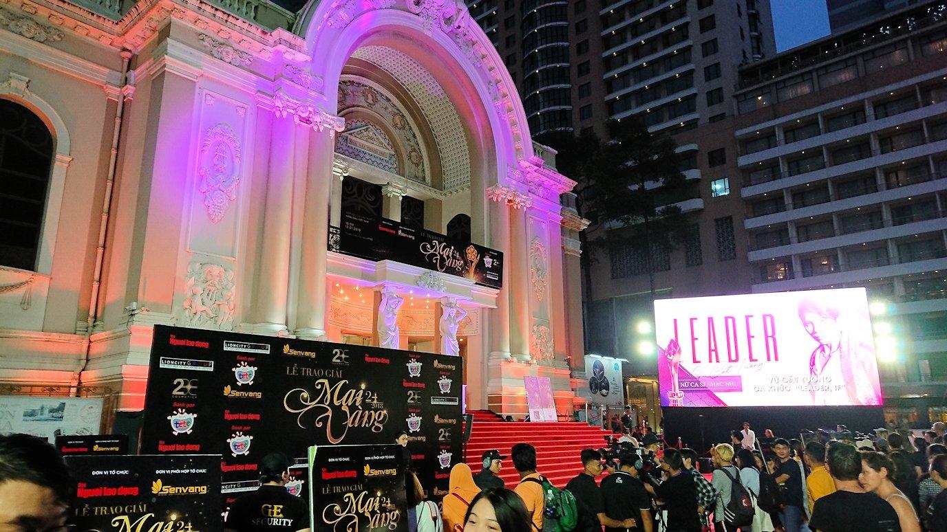 ホーチミンの夜の市民劇場前でイベントをしている3