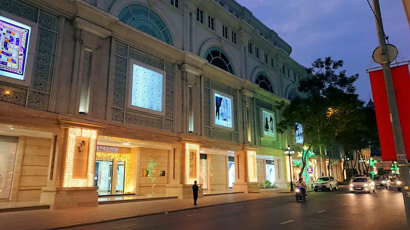夜のドンコイ通りのコンチネンタル・ホテル