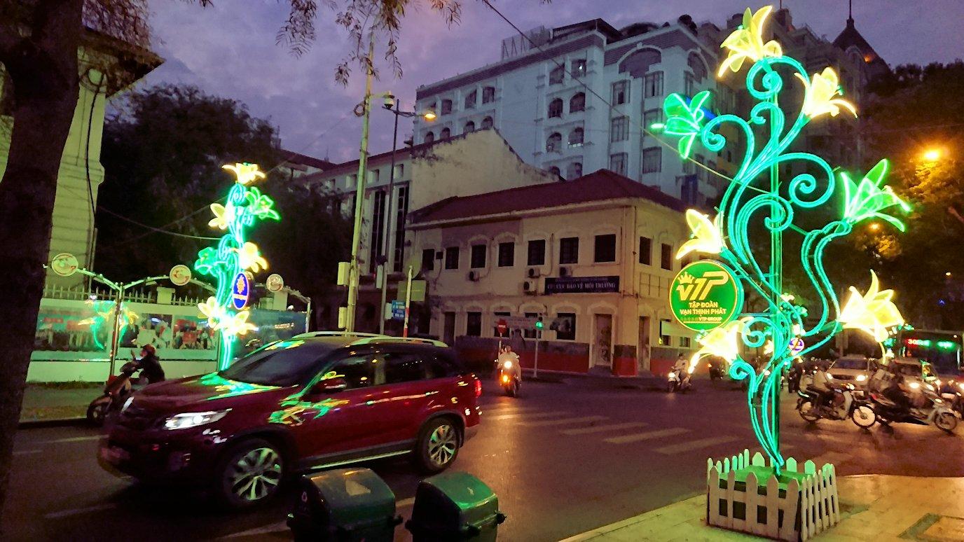 夜のドンコイ通りを歩く3