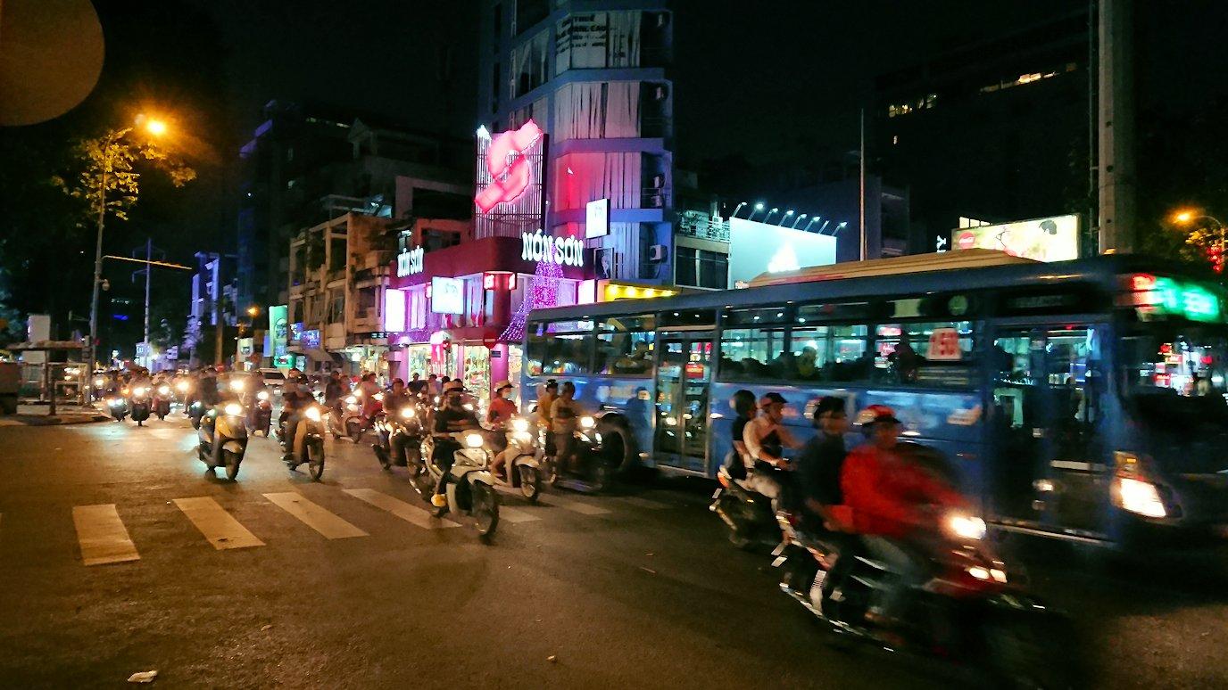 夜のドンコイ通りをカニ目指し歩く3