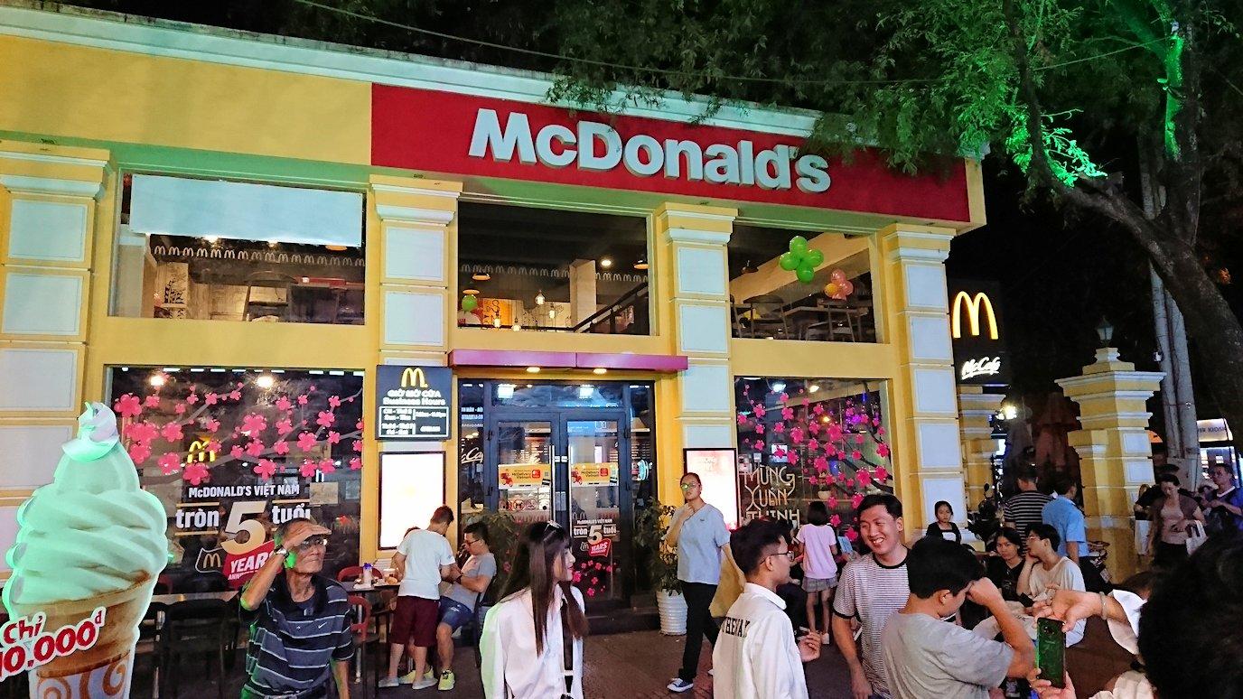 ホーチミンの街のマクドナルド