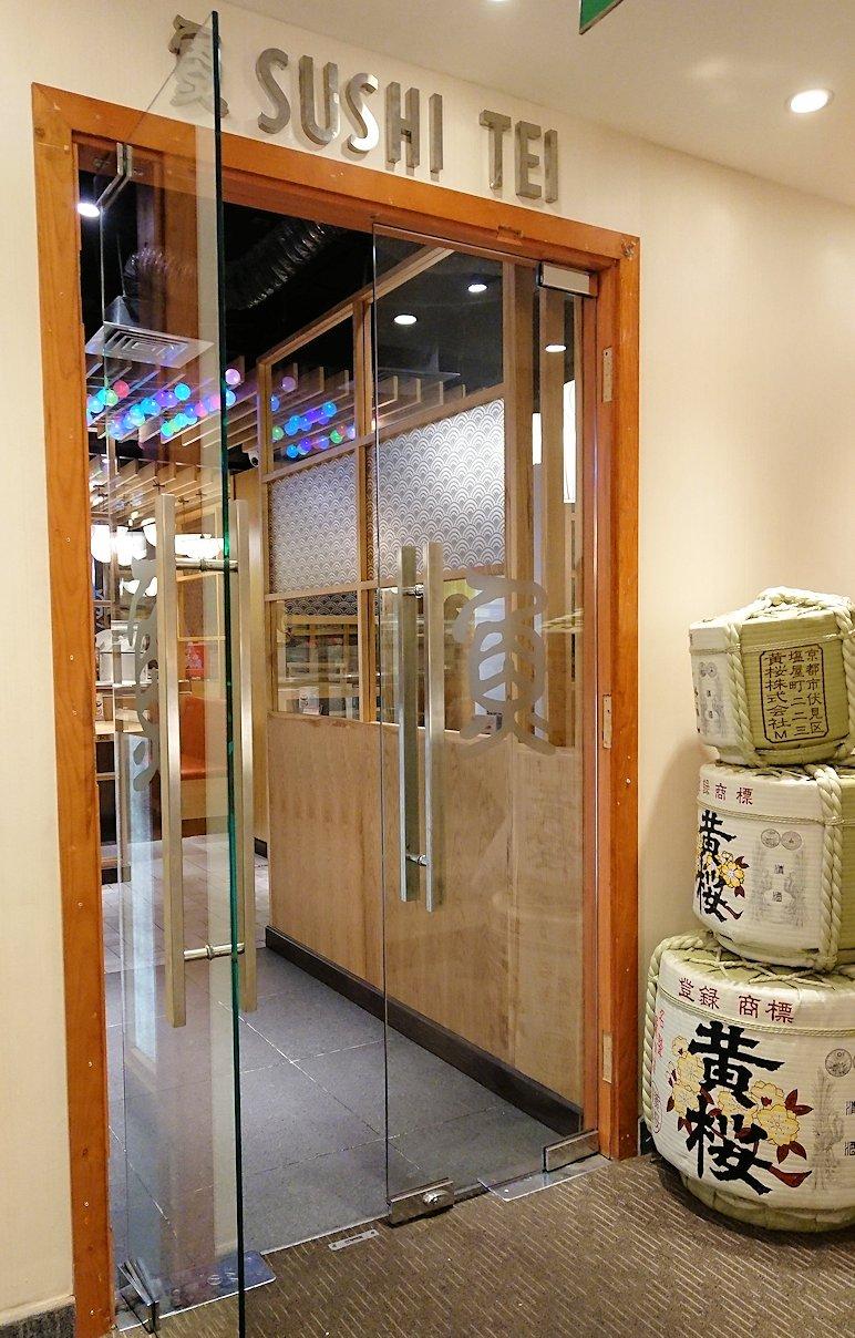 サイゴンホテルの2階の日本食レストラン前にて