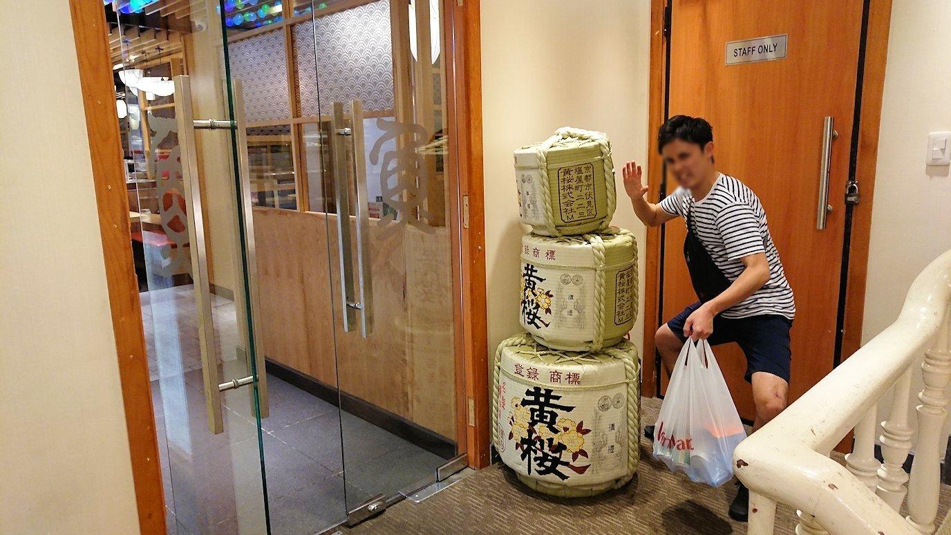 サイゴンホテルの2階の日本食レストラン前にて2