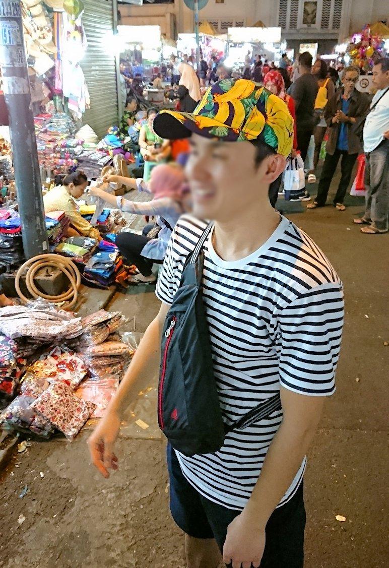 夜のベンコイ:ナイトマーケットで帽子を物色