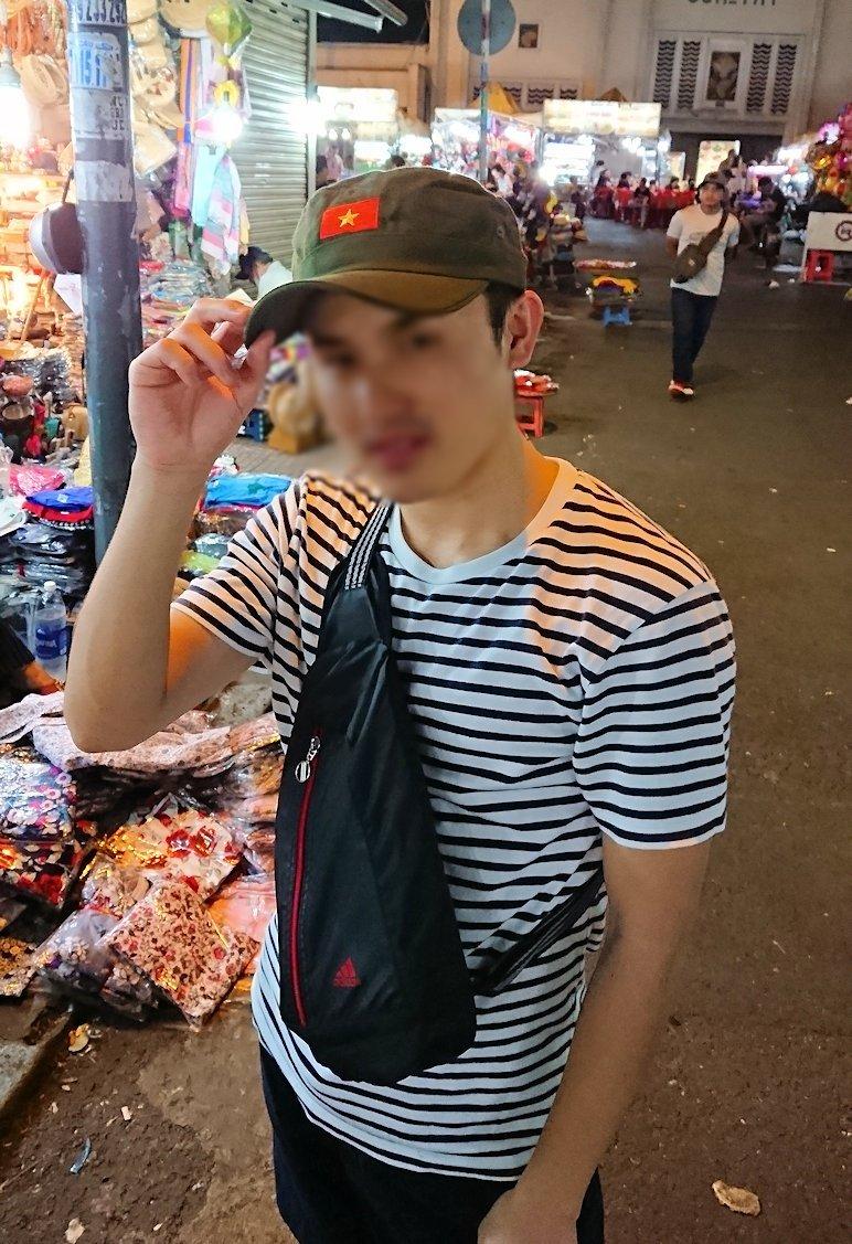 夜のベンコイ:ナイトマーケットで帽子を物色2