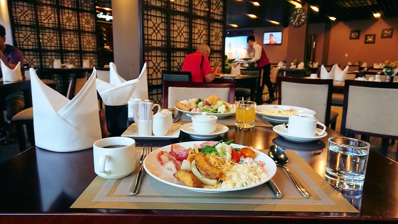 サイゴンホテルの朝食会場でいただきま~す2