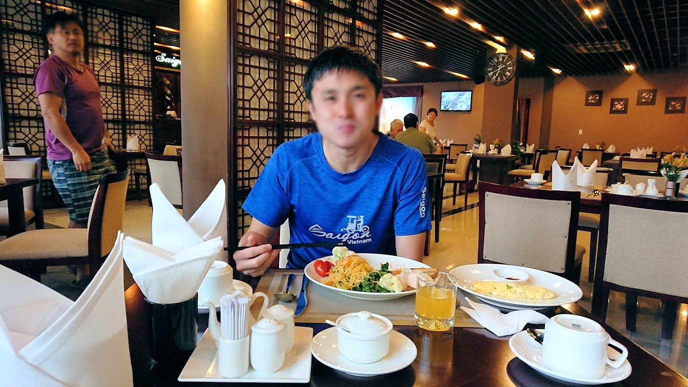 サイゴンホテルの朝食会場でいただきま~す3