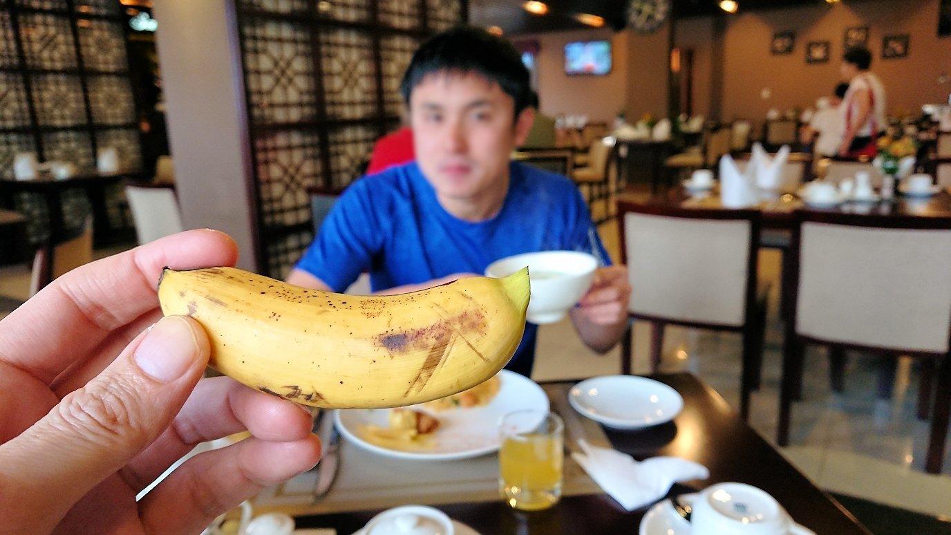 サイゴンホテルの朝食会場でバナナをいただきま~す