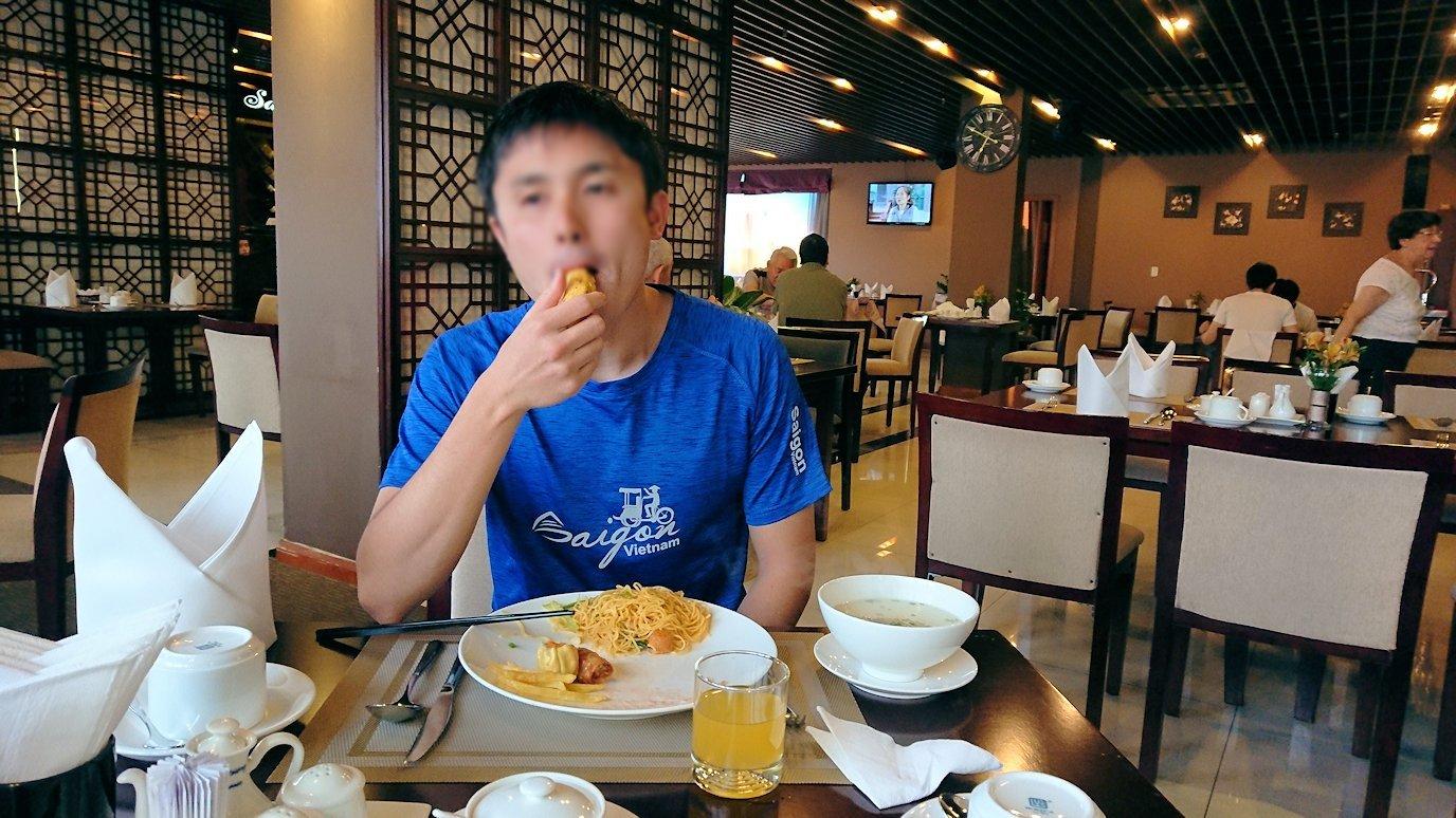 サイゴンホテルの朝食会場でバナナをいただきま~す2